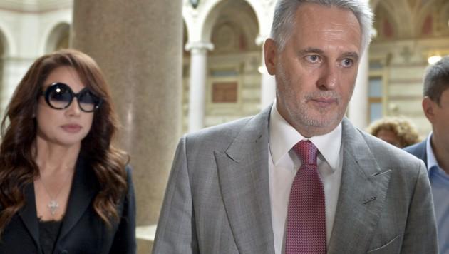 Der ukrainische Oligarch Dmitri Firtasch auf dem Weg zur Verhandlung im Justitzpalast in Wien. Er wird begleitet von seiner Frau Lada. (Bild: APA/HERBERT NEUBAUER)