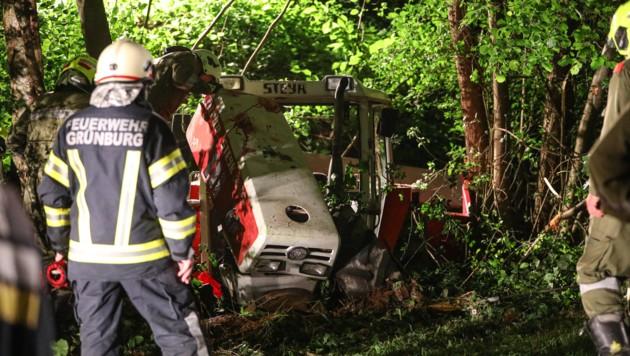Der Traktor stürzte in den Graben, Landwirt Josef M. (70) war leider nicht mehr zu retten (Bild: laumat.at/Matthias Lauber)