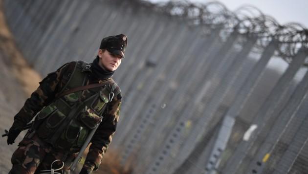 Eine Soldatin patrouilliert am ungarisch-serbischen Grenzzaun. (Bild: AFP)