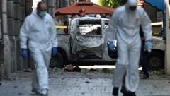Spezialisten untersuchen den Schauplatz des ersten Anschlags in der belebten Avenue Habib Bourguiba. (Bild: FETHI BELAID/AFP)