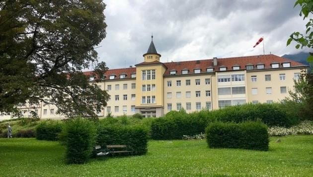 Ins Krankenhaus Lienz musste ein 25-jähriger Landwirt eingeliefert werden: Er hatte sich an einem Motormäher verletzt (Bild: zVg)