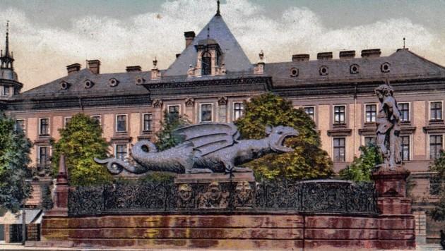Das älteste Denkmal der Stadt - der Lindwurm: Er steht beharrlich auf dem Neuen Platz. (Bild: TAÖ/AAvK)