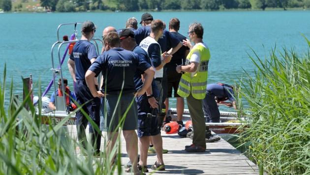 Feuerwehrtaucher und Wasserretter suchen nach dem vermissten Vöcklabrucker. (Bild: Manfred Fesl, Mattighofen)
