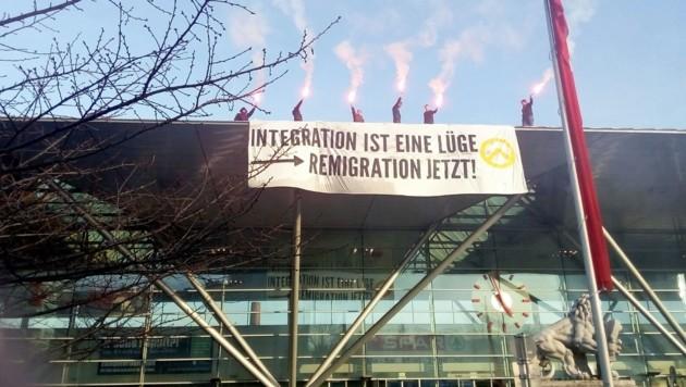 Identitären-Demo im März 2017 auf dem Dach des Linzer Hauptbahnhofs (Bild: Kornen Zeitung)