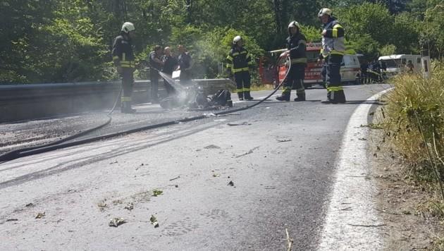 Einsatzkräfte der Feuerwehren Mitterweißenbach und Bad Ischl löschten das brennende Motorrad. (Bild: FF Bad Ischl)