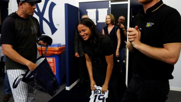 Herzogin Meghan zeigte sich beim Baseball gut gelaunt - nicht zuletzt, weil sie für Baby Archie süße Geschenke bekam. (Bild: AFP )