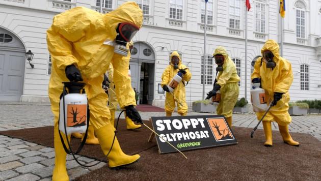 """Eine Aktion der Umweltorganisation Greenpeace mit dem Titel """"Glyphosat-Verbot JETZT"""" (Bild: APA/ROLAND SCHLAGER)"""