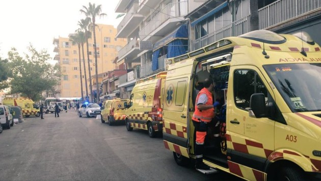 Die Einsatzkräfte waren mit rund zehn Krankenwagen im Einsatz. (Bild: twitter.com)