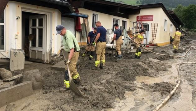 Die Aufräumarbeiten liefen am Dienstag in Uttendorf auf Hochtouren. (Bild: Land Salzburg)