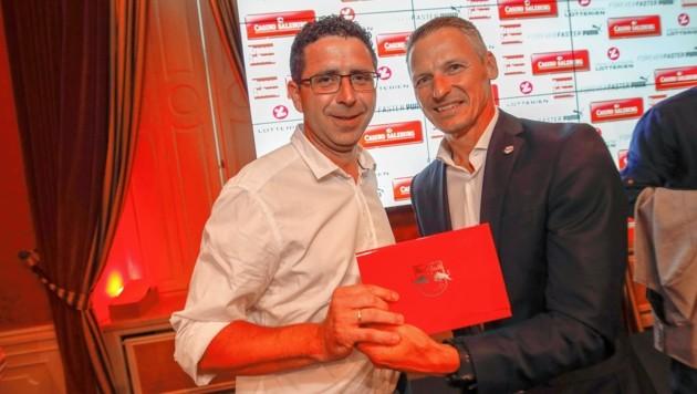 Christoph Rosner ((Union Hallein) nimmt die VIP-Tickets für den Bullen-Test gegen Chelsea aus den Händen von Stefan Reiter entgegen (Bild: Markus Tschepp)
