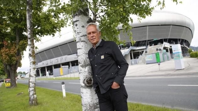 """For Forest""-Initiator Klaus Littmann beim Stadion. (Bild: Rojsek-Wiedergut Uta)"