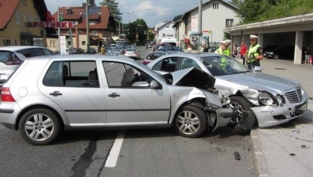 Nach dem Unfall hatten beide Wagen nur mehr Schrottwert. (Bild: FF Hallwang)
