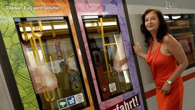 "Stadträtin Ulli Sima lädt zum ""Happy Enjoy"". Die Schnupperfahrt kann beginnen. (Bild: APA/HERBERT PFARRHOFER)"