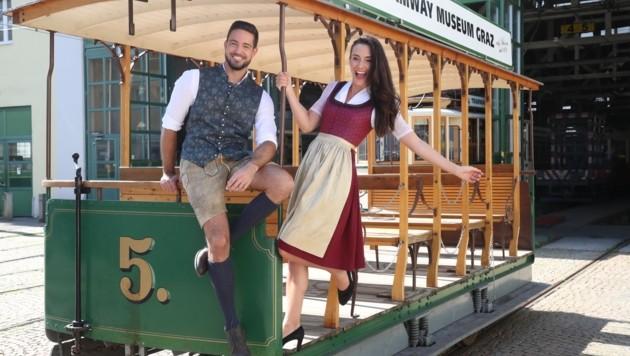 Die Oldtimer-Tram weist den Weg zum großen Brauchtums-Festival. (Bild: Pail Sepp)