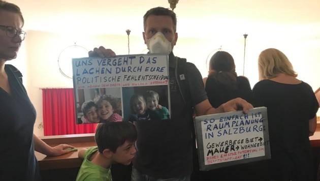 Anrainer Helmut Spießberger protestierte mit Sohn Leonhard. (Bild: Wolfgang Fürweger)