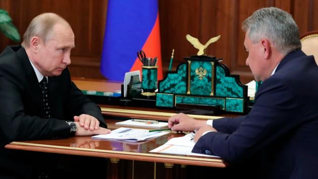 Präsident Wladimir Putin wird von seinem Verteidigungsminister Sergei Schoigu über die jüngsten Erkenntnisse zum U-Boot-Brand informiert. (Bild: AP)
