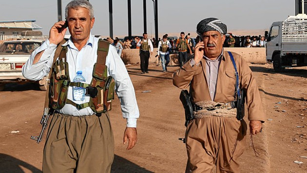 Auch kurdische Peschmerga-Milizen mischen mit. Jeder kontrolliert verschiedene Checkpoints. (Bild: AP)