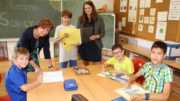 """""""Die vier Musketiere"""" mit Direktorin Evelyn Habenbacher (li.) und Lehrerin Michaela Maier. (Bild: Josef Fürbass)"""