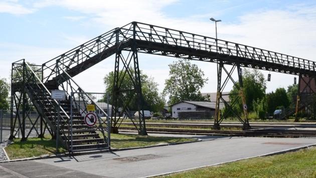Der über 100 Jahre alte Fußgängerübergang wird abgerissen. (Bild: Scharinger Daniel)