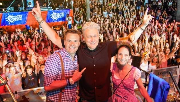 Rainhard Fendrich mit Summer-Splash-Gründer Dietmar Tunkel (li.) und Geschäftsführerin Julia Verhounig. (Bild: Summer Splash)