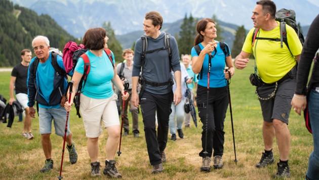 """ÖVP-Chef Sebastian Kurz bei der Wanderung """"Bergauf, Österreich"""" bei Seefeld (Bild: NEUE VOLKSPARTEI/JAKOB GLASER)"""