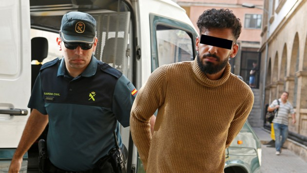 Einer der Festgenommenen (Bild: REUTERS/Enrique Calvo, krone.at-Grafik)
