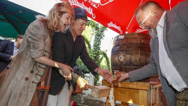 Tobias Moretti schlug das Fass mit Valery Tscheplanowa und Wirt Hannes Bachmann an. (Bild: Tschepp Markus)