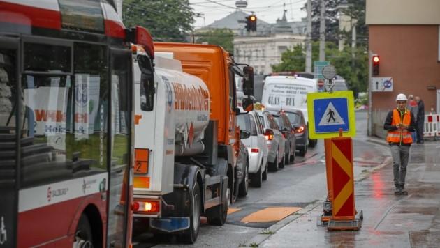 Zwischen 15 und 20 Minuten standen Autofahrer und Busse im Berufsverkehr im Stau. (Bild: Tschepp Markus)