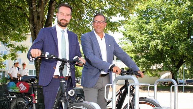 Salzburg radelt, Bergheim hat einen modernen Radständer gewonnen, im BIld Landesrat Stefan Schnöll und Bürgermeister Robert Bukovc (Bild: Land Salzburg/MH)