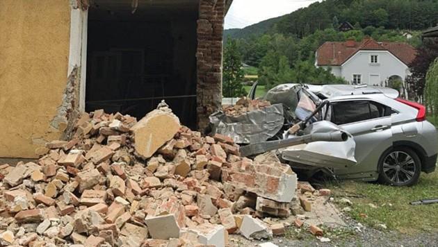 Ein Teil der Außenmauer des Hauses wurden durch den Unfall weggerissen. (Bild: LPD Burgenland)