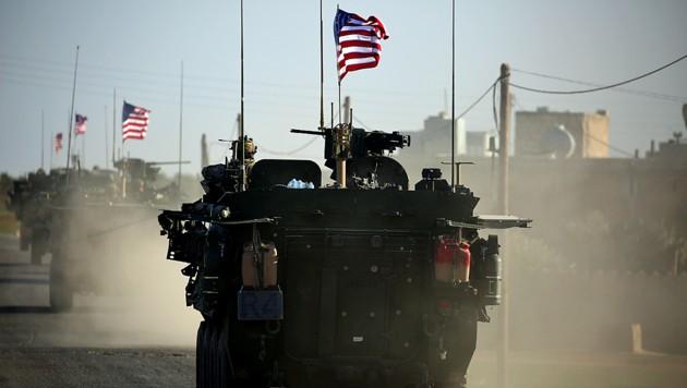 Gepanzerte US-Fahrzeuge in der nordsyrischen Stadt Manbidsch (Bild: syrien us panzer manbidsch bt)