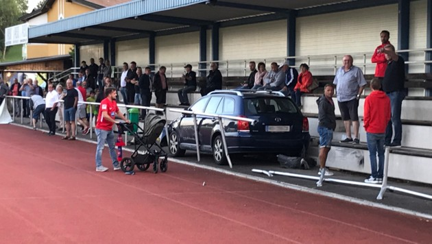 Das Auto donnerte in die Tribüne. (Bild: zVg)