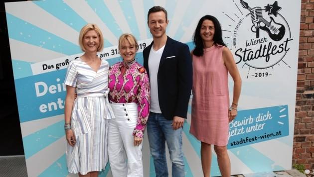 Die Wiener ÖVP um Gernot Blümel mit Promi-Jurorin Elke Winkens (Zweite von links) (Bild: Jöchl Martin)