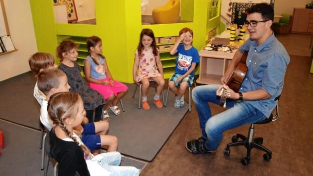 Das letzte Liedchen von Markus Hochenegger mit seinen Kindern. Er hat sich für ein Studium entschieden. (Bild: Daum Hubert)