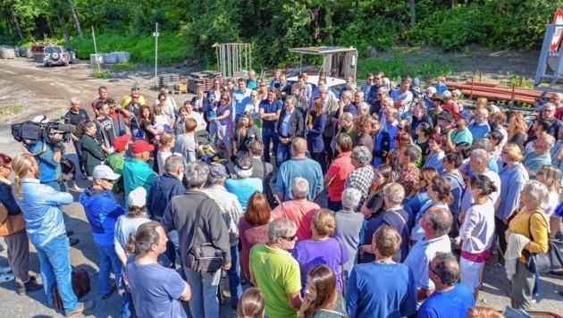 Anrainer und Politiker beim Lokalaugenschein vor Ort, wo 2020 ein Asbestlager stehen soll. (Bild: Hubert Berger)
