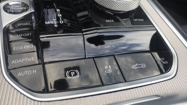 Die Schalter für Handbremse und Verdecköffnung sind während der Fahrt leicht zu verwechseln (Bild: Stephan Schätzl)