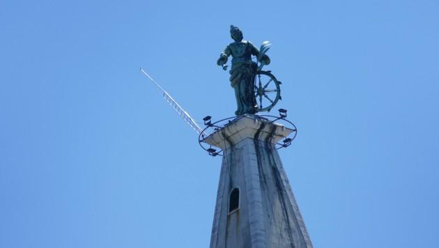 Die Heilige Euphemia auf ihrem Kirchturm in Rovinj in 63 Meter Höhe zeigt an, wie das Wetter wird: Blickt sie aufs Land, wird es schlecht, blickt sie aufs Meer, wird es gut, heißt es. (Bild: Stephan Schätzl)