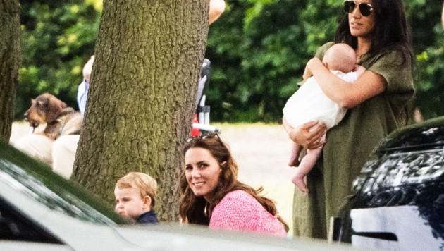 Die Herzoginnen Meghan und Kate besuchten gemeinsam mit ihren Kindern ein Polo-Charityturnier. (Bild: Joanne Davidson / Camera Press / picturedesk.com)