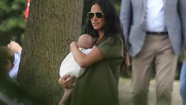 Herzogin Meghan brachte Archie mit zum Polo. (Bild: AP)