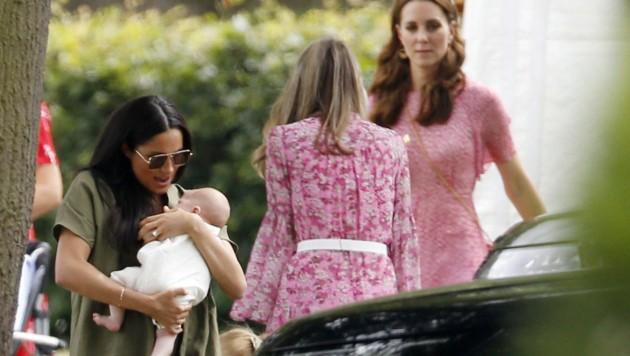Die Herzoginnen Meghan und Kate besuchten gemeinsam mit ihren Kids ein Polo-Turnier. (Bild: Royalfoto / Action Press / picturedesk.com)