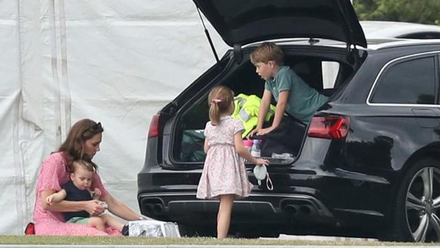 Herzogin Kate picknickte mit ihren Kindern beim Familienauto. (Bild: AP)