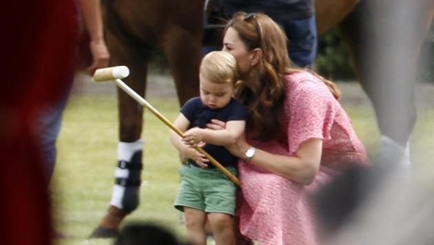 Prinz Louis mit Mama Kate beim Polo-Turnier (Bild: Royalfoto / Action Press / picturedesk.com)