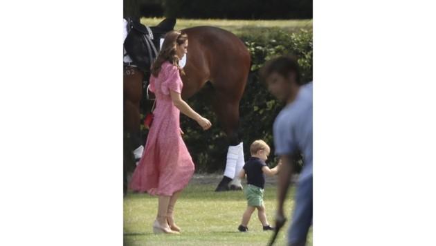 Hui, da hatte es aber einer eilig! Prinz Louis flitzte seiner Mama davon. (Bild: AP)