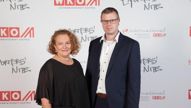 Sieglinde Kaiser, hier mit Polytec-Vorstandschef Markus Huemer, wurde von der WKO zuletzt zur Export-Managerin des Jahres gewählt. (Bild: WKO/Helmrich)
