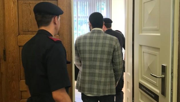 Der Angeklagte au dem Weg in den Gerichtssaal. (Bild: Wolfgang Fürweger)