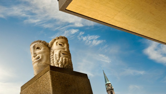 Masken vor dem Festspielhaus (Bild: Luigi Caputo)