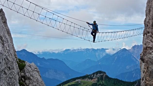 Ausgesetzt und spektakulär: Die sehr lange Nepalbrücke ist zwar eine wackelige Angelegenheit, macht jedoch richtig viel Spaß. (Bild: Wallner Hannes/Kronenzeitung)