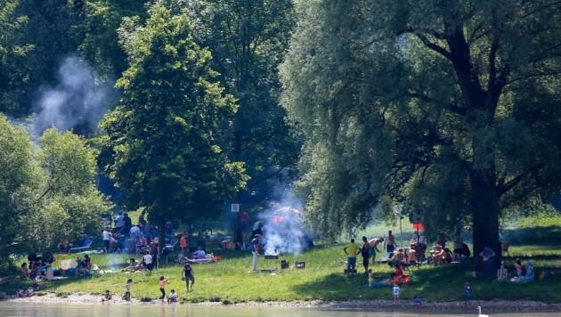 Hier am Linzer Donau-Ufer treffen sich derzeit die Grill-Enthusiasten (Bild: Scharinger Daniel)