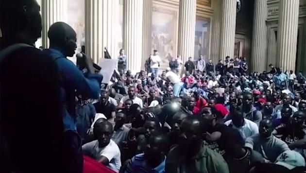 Hunderte Migranten besetzten das Pariser Pantheon. (Bild: kameraone)