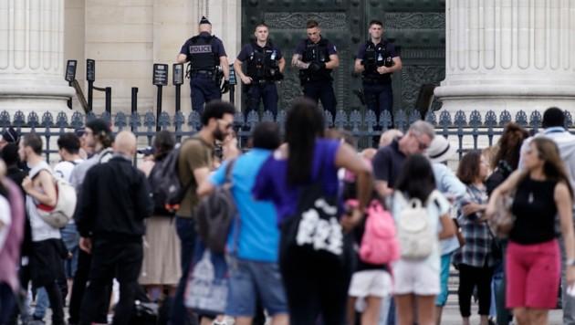 Französische Polizisten bewachen das Pariser Pantheon, das für Besucher vorübergehend geschlossen wurde. (Bild: AFP)